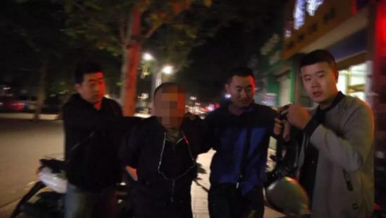 10月9日晚,经过缜密侦查,专案组成功将犯罪嫌疑人崔某某抓获。