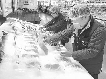刘洧箐(女)、石云剑(男)在麦德龙生鲜肉食部认真工作。