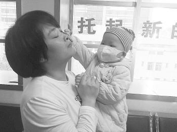 见妈妈流泪,唐唐懂事地帮妈妈擦眼睛。