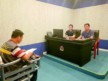 王冰在接受审讯。警方提供