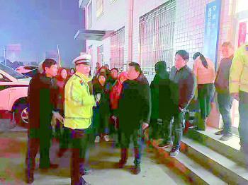 寒夜里,被困的27名乘客被接力转移到交警大队。交警供图