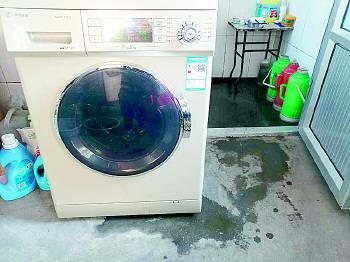 小鸭洗衣机反复维修后,仍然漏水。当事人提供