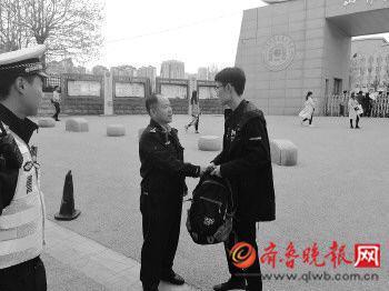 交警顺利将考生送到考场。通讯员 供图