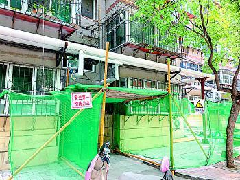 """王官庄小区部分居民楼正在进行""""平改坡""""拆除。"""