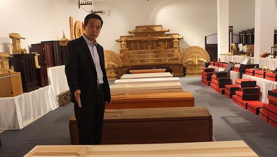 山东曹县云龙木雕公司总经理李如启。图片来源:杨立赟
