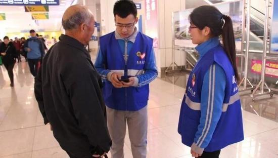 ●食品系学生在威海火车站进行志愿服务