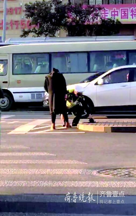 魏弘杨蹲在地上为孕妇系鞋带。视频截图
