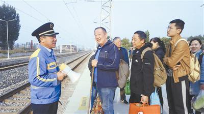 源迁站副站长东登金组织搭客排队候车。