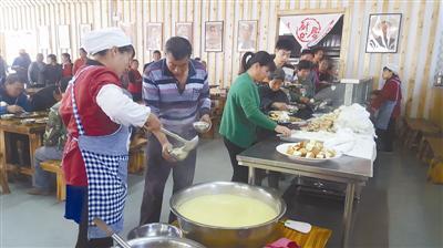 午饭时候,中郝峪村村民到大食堂免费就餐。