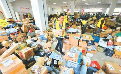 投递局员工正在加紧分拣包裹。