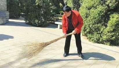 张宗来每天都要打扫张养浩墓公园。