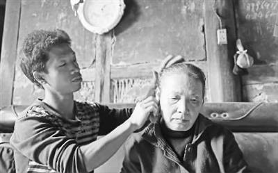 ①王显强正在给母亲清洁耳朵。