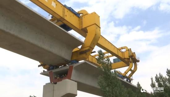 截至目前,潍莱高铁平度段建设进展顺利,箱梁架设完成近6成。