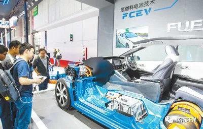 在2019上海国际车展上,一辆氢燃料电池技术汽车吸引人们驻足观看。