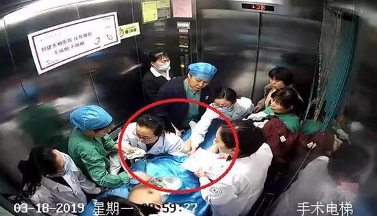 紧急送往手术室途中 ↑ 视频截图 (文末有视频)