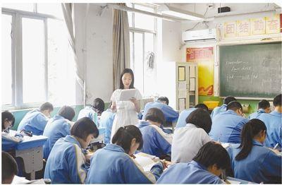 焦奇静在给学生上课。