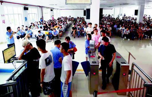 考试中心学员们在分批进行考试。