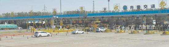 位于郯城的京沪高速公路鲁苏省界收费站即将取消。通讯员王永生 摄