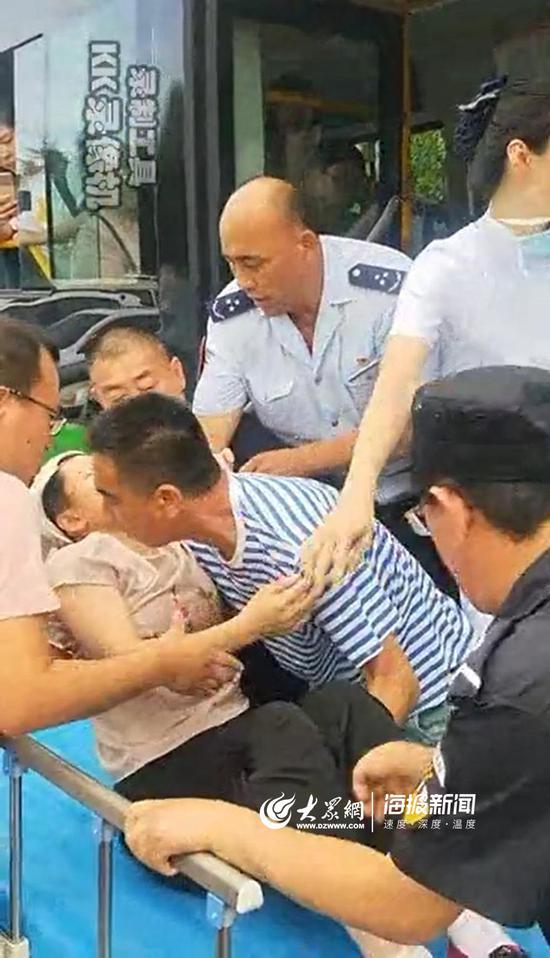 驾驶员廉万生和乘客一起将病人送进急救室。