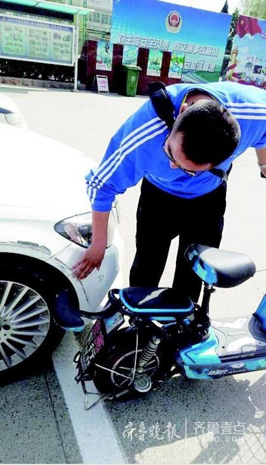 鉴定人员对奔驰车和电动车碰撞痕迹做比对。 交警供图