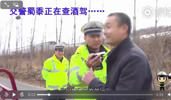 而且交警明明没有动手,却伪造事实把交警的手拿在自己手上打自己。