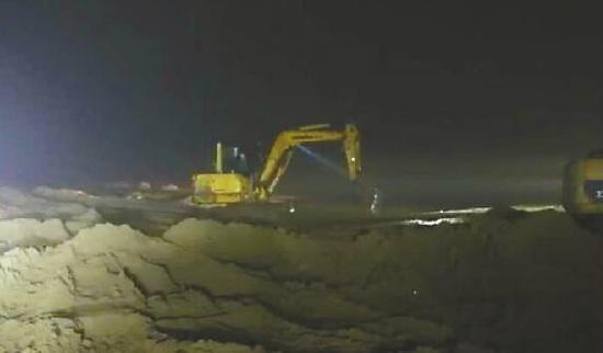2日,一辆越野车陷进黄河滩里,挖掘机参与救援。 (视频截图)