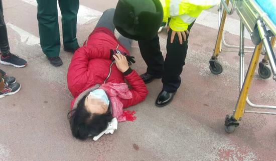 聊城百货大楼路口发生一起事故 执勤交警的动作很暖心