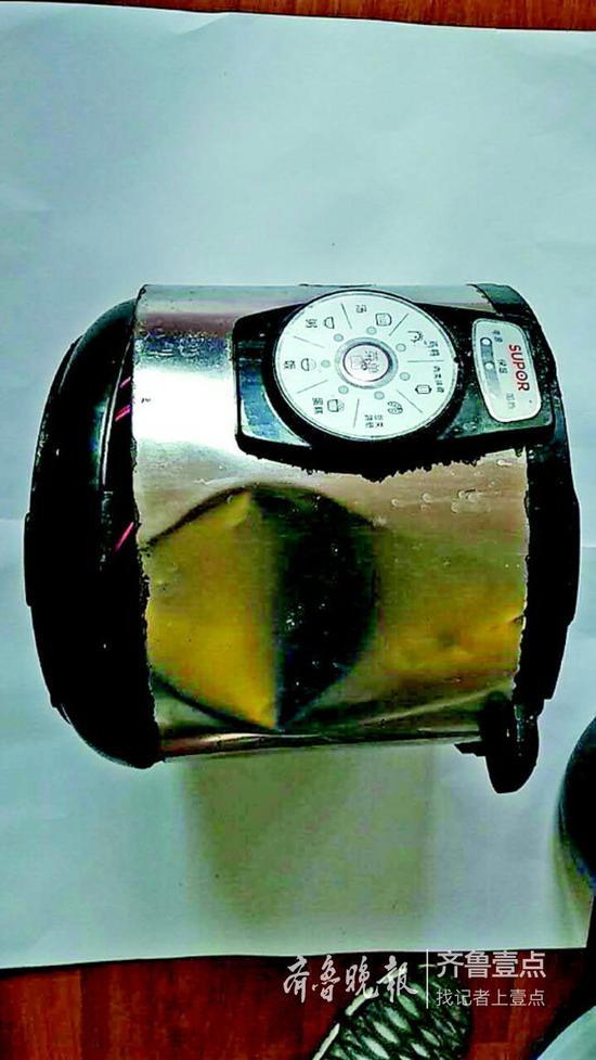 电饭锅外壳凹陷一大块。