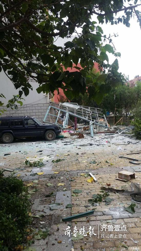 由图可见,窗户已经被炸得四分五裂,地面周围都是粉碎的玻璃渣。