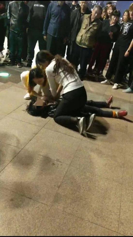 发现路人晕倒 寒风中济南这位护士跪地救人