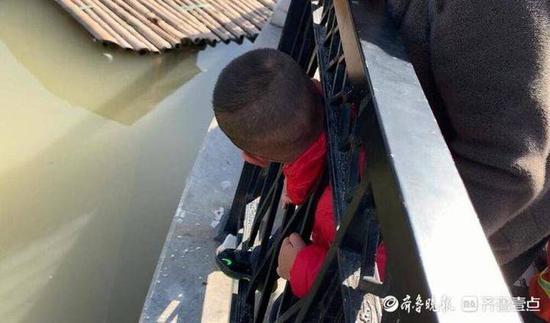 《【杏耀代理注册】三岁男童头卡湖边护栏 消防员小心剪切帮其脱困》