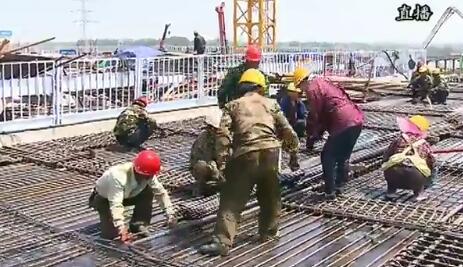 目前,2000多名建设者正不分昼夜奋战在施工一线。