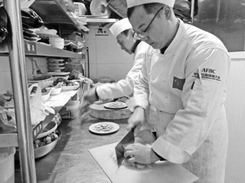 近日,在济南宽厚里的鲁菜馆萃华楼,厨师们正在备菜。
