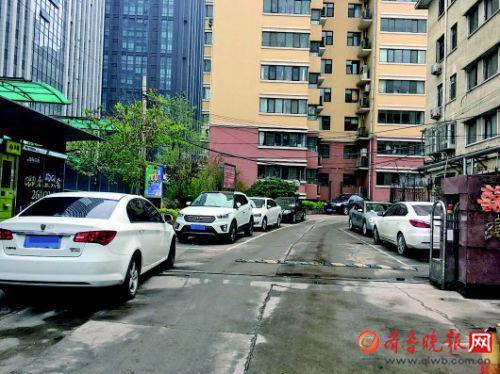 业主私自画的车位在小区入口的一侧。齐鲁晚报记者张晓燕摄