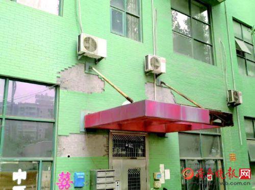 小区的楼外墙瓷砖出现了不同面积的脱落情况。