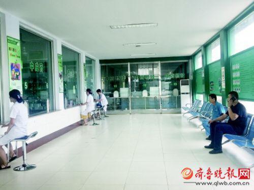 """存在""""孙连城式""""窗口的枣庄市中医院东院区在窗口前放了凳子。"""