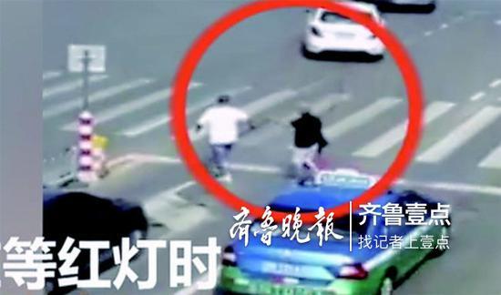 张海军带盲人过马路。 视频截图。