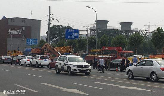 事故现场聚集施工人员及众多吊车