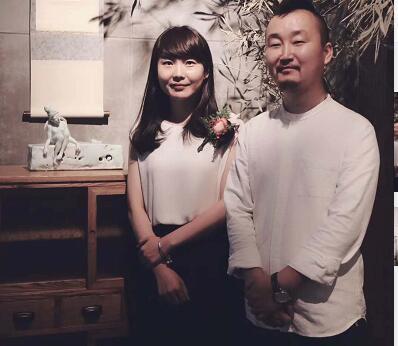若茜(左)和前来参加展览的陶艺师合影。