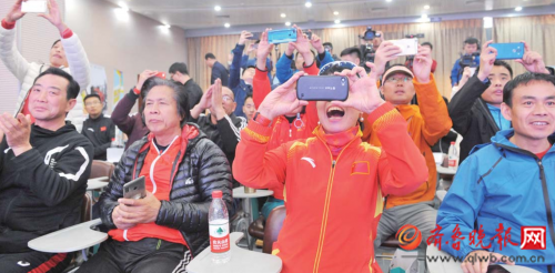 11日下午,参与发布会的30名跑友十分兴奋。 本报记者 陈文进 摄