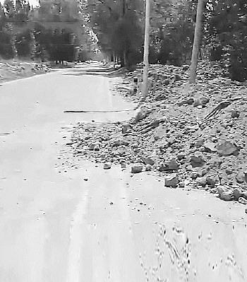 先行区有道路存在乱倒渣土现象。视频截图