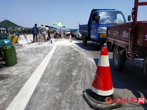 维修期间大桥采取半幅施工封间部分交通的方式进行