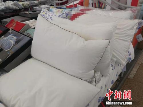 某商场中出售的各类睡眠枕 中新网记者 张尼 摄