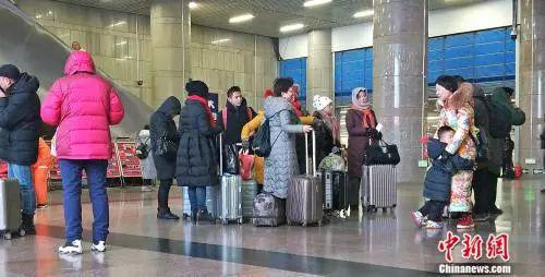 资料图:北京西站正在候车的旅客。