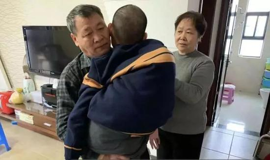 徐竹生抱起孙子