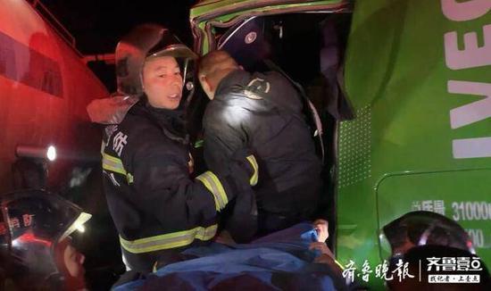 淄博一路段货车追尾罐车 驾驶员腰部死卡方向盘