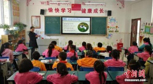 资料图:教师给学生上课。 刘忠俊 摄