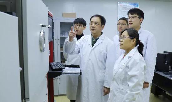 枣庄学院低维量子新材料和器件团队带头人 高炬教授(左二)
