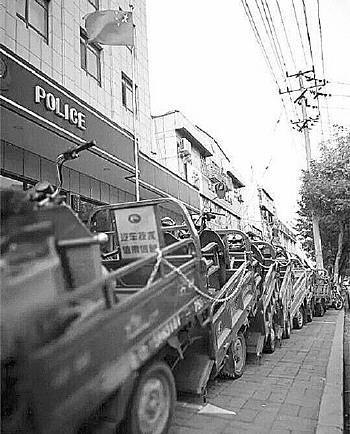 缴获的三轮车有六七辆没找到失主。资料片 记者 李培乐 摄