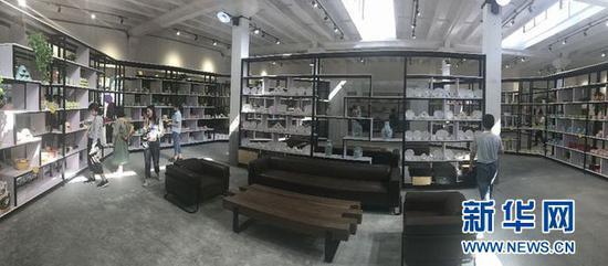1954文创园内的陶瓷产品展示区域。(新华网江昆 摄)